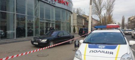 """В Одессе преступник со стрельбой захватил автосалон: полиция ввела план """"Гром"""""""