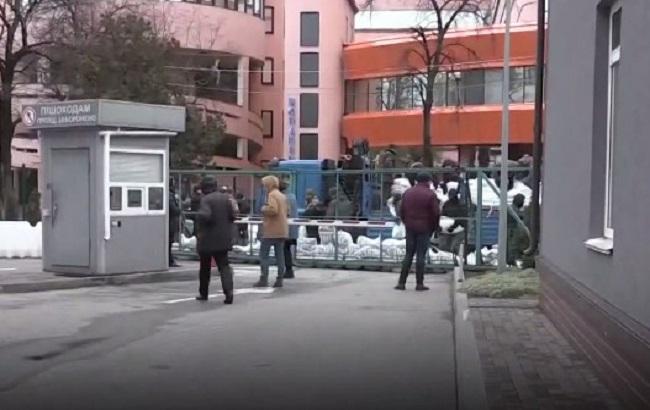 В Киеве неизвестные полностью заблокировали проход на телеканал NewsOne