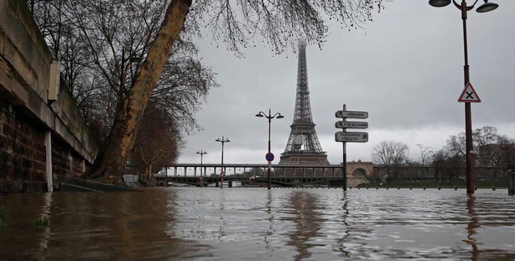 1500 парижан эвакуировали из-за наводнения. Пик воды синоптики ожидают в ночь на понидельник