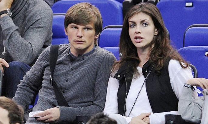 Неадекватная супруга известного российского футболиста Аршавина устроила дебош на борту самолета и представилась майором ФСБ