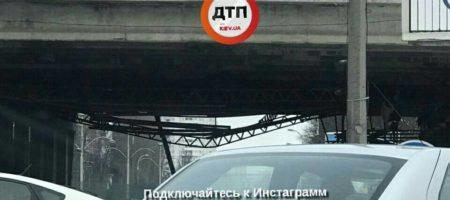 В Киеве обрушился очередной мост, полиция перекрыла движение (ФОТО)