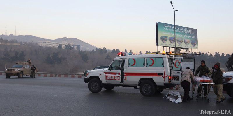 В центре афганской столице Кабуле произошел мощный взрыв, пострадать могли не менее 79 человек, данные уточняются. Мощный взрыв потряс центр афганской столицы Кабул в субботу, сообщается о большом количестве жертв, по меньшей мере 79 пострадавших. Об этом сообщает со ссылкой на Welt, пишет Агримпаса ссылаясь на Телеграф. Как отмечается, власть и медики говорят о многочисленных смертях, от 18 до 79 раненых.