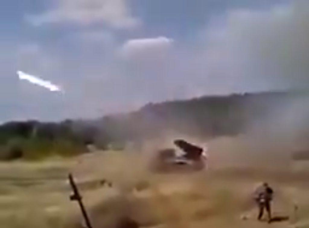 В сети опубликованы кадры, как российские военные обстреливают из ГРАДов ВСУ и боевиков Л-ДНР одновременно (ВИДЕО 18+)