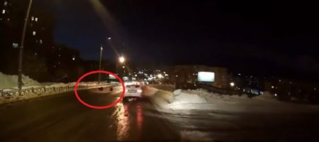 В Мурманске люди снимали на камеру как женщину с ребенком унесла и затянула канализация (ВИДЕО)