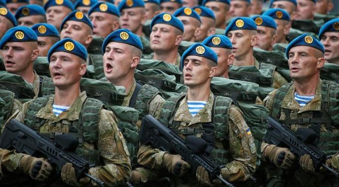 """Кабмин предложит ВР сделать обязательным приветствие  """"Слава Украине"""" в армии"""
