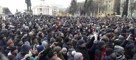 Стихийный митинг в Кемерове: тысячи людей требуют, чтобы к ним вышел Путин! Люди говорят о 350 жертвах а не 64 заявленных (ВИДЕО)