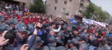 В Ереване полиция начали силовой разгон протестующих (ВИДЕО)