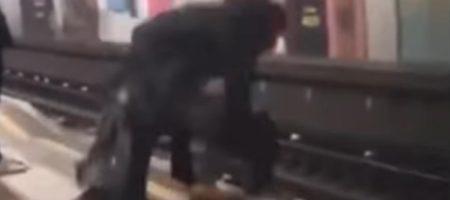 За секунду до: двоих мужчин вытянули из под колес поезда (ВИДЕО)