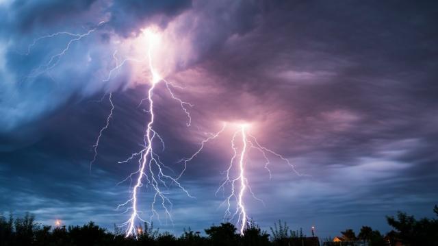 Внимание! Штормовое предупреждение по всей Украине! Мощный ветер валит деревья и сносит вывески (ВИДЕО)