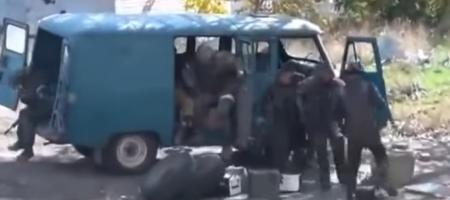 Русские боевики на Донбассе засняли как остатки их ДРГ приехали на базу и их по частям достают с УАЗика (ВИДЕО 18+)