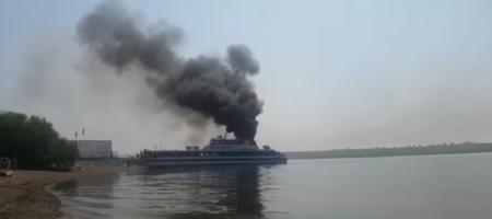 Огромное ЧП на России: на ходу пылает теплоход с людьми, пассажиры спасаются вплавь (ВИДЕО)