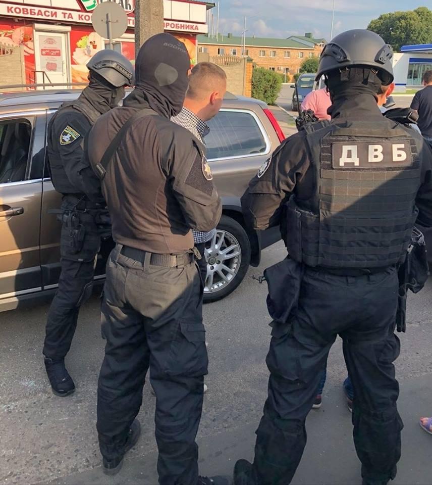 В Луцке на взятке в 3 тыс. долларов был пойман полковника утренней безопасности полиции