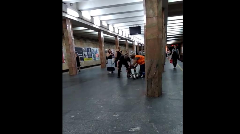 В Киевском метро полицейский жестко избил мужчину (ВИДЕО)