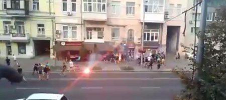 В Киеве местные ультрас кулаками отомстили голландцам за своих игроков потерпавшых от фанов Аякса (ВИДЕО БОЛЬШОЙ ДДРАКИ)