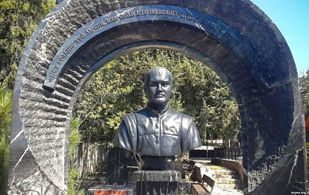 В Крыму на могиле Януковича появился памятник (ФОТО + ВИДЕО)