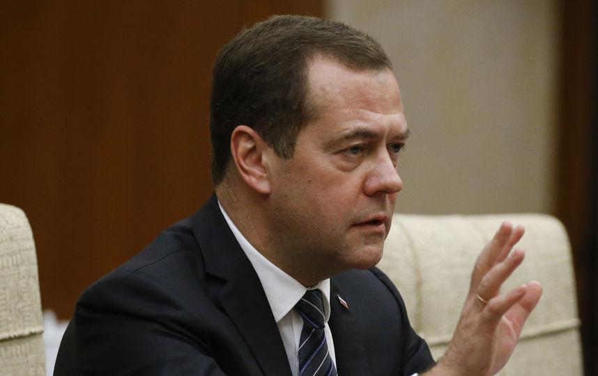 Премьер РФ попал на операционный стол! В СМИ узнали где пропал Медведев