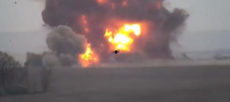 """Украинские """"Осы"""" взорвали технику окупанта! Мощный взрыв БК поразил сети (ВИДЕО)"""