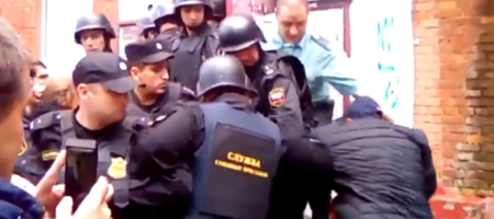 Московские силовики грубой силой выселяют женщин, детей и инвалидов с общежитий. Люди проклинают власть и Путина (ВИДЕО)