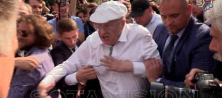 """""""Вы все уроды! Я вас ганд*ов всех псажу! Кто кричал уходи, мрази!"""" - Жириновского с позором прогнали с митинга, но он успел избить с охраной нескольких протестующих (ВИДЕО)"""