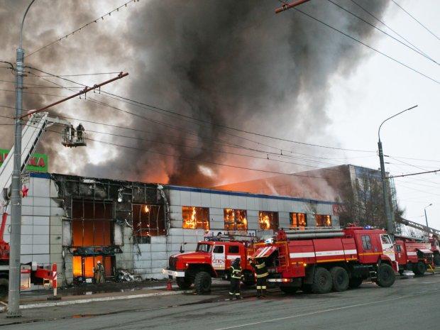 Огромное ЧП в Житомире! Загорелся ТРЦ - работают спасатели, люди бежали засняв очаг пожара (ВИДЕО)