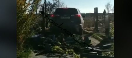 В Харькове священник УПЦ МП на дорогом джипе покатался по кладбище разрушив могилы (ВИДЕО)