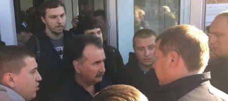 Активисты не пустили главу херсонского ОГА на церемонию прощания с Гандзюк (ВИДЕО)