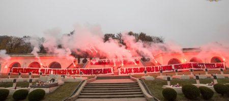 Польские ультрас отмечая 100-тые борьбы против ЗУНР жгли файеры на кладбище Львова (ФОТО)