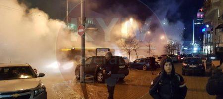 Центр Киева в дыму, автомобиль ушел под землю (КАДРЫ)