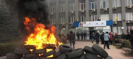 Жители Кривого Рога устроили бунт, зажгли шины и грозяться брать заложников (КАДРЫ)