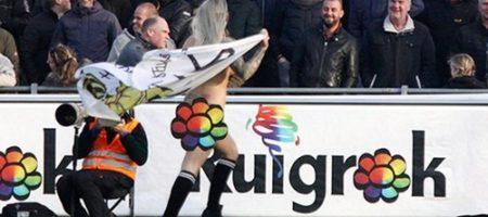 В Голландии девушка интересным и пикантным способом сорвала футбольный матч (ВИДЕО)