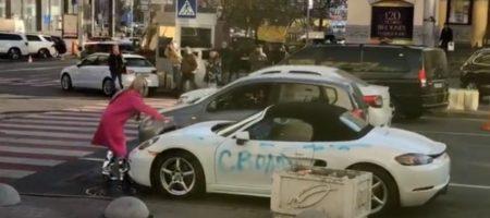 В Киеве девушка топором разнесла дорогой Porsche (ВИДЕО)