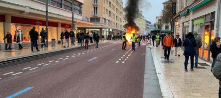 """""""Желтые жилеты"""" подожгли Банк Франции: протесты снова развернулись"""