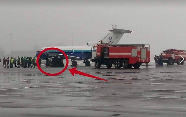 В Киевском аэропорту самолет попал в аварию (ФОТО)