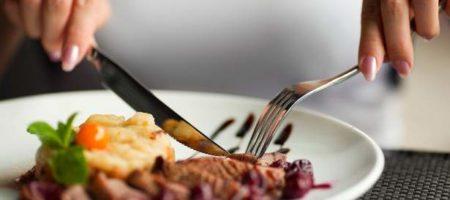 Медики рассказали, что поздние ужины признали безопасными для здоровья