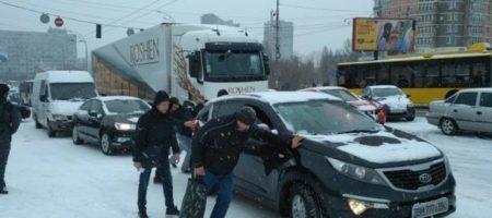 Сразу в шести регионах Украины ограничили движение авто из-за снегопадов (ВИДЕО)