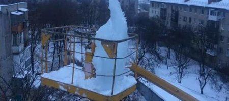 Харьковские альпинисты сняли с крыши одного из домом 100 килограммовую сосульку (ФОТО)