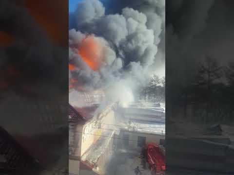 На России снова горит ТЦ! Дым окутал огромный город (ВИДЕО)