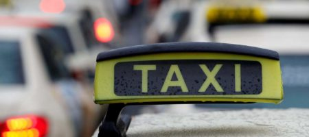 Парижский таксист напал на футбольных фанатов