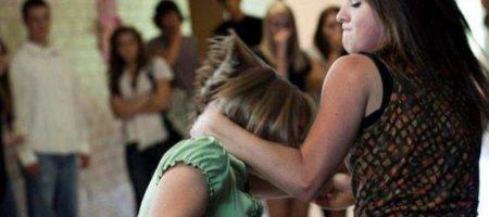 Булинг на Закарпатье: школьницы жестоко избили подругу
