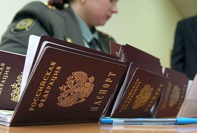 Русские боевики в принудительном порядке выдают паспорта РФ жителям оккупированного Донбасса - ГУР