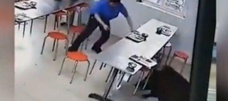 Кабан напал на переполненную столовую в Китае (ВИДЕО)