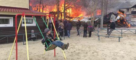 На России героем сети стал мальчик на качелях на фоне пожара (ВИДЕО)