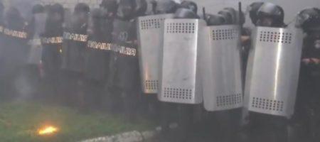 В Переяславе люди шашками и петардами забросали полицейских (ВИДЕО)