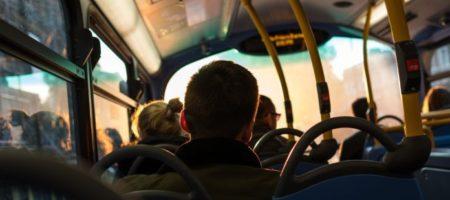 Обозленный водитель маршрутки вытолкал из салона пассажирку с детьми (ВИДЕО)