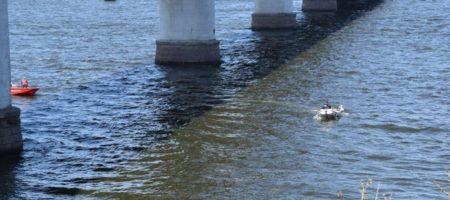 В Киеве прохожий спас женщину упавшую с пешеходного моста