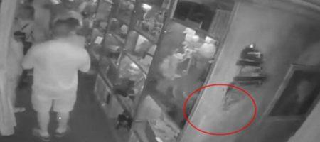 Посетительница музея упала в обморок от неожиданной встречи с призраком (ВИДЕО)