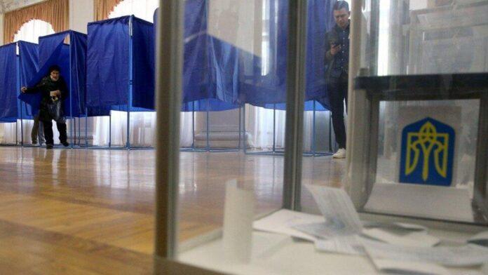 На внеочередных выборах в Раду зафиксировали первые нарушения (КАДРЫ)