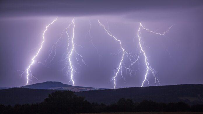 Мощная молния убила сразу 9-ть людей в Индии