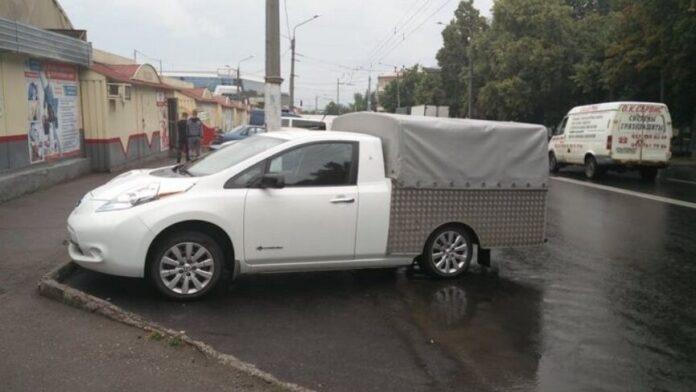 В Харькове электромобиль Nissan переделали в странный пикап