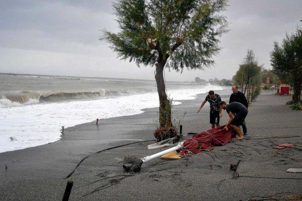 Мощный шторм разрушил крупнейший курорт Греции, множество жертв и пострадавших (ВИДЕО)
